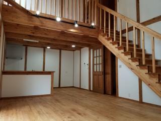 Y様邸新築工事-吹抜けのある広々としたリビングルーム。