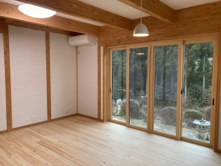 F様邸新築工事-明るい光が差し込むリビングダイニング